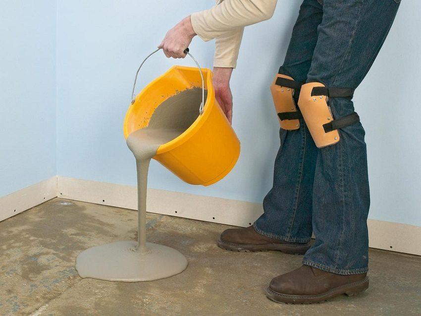 Самовыравнивающаяся стяжка - пластичная и текучая, расплывается под собственным весом, заполняя щели и ниши