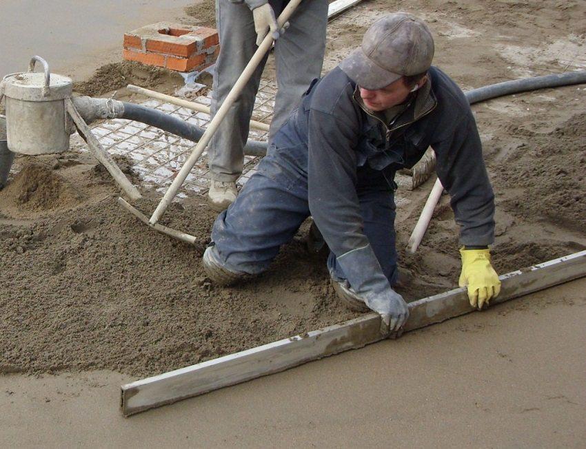 Для разравнивания стяжки используют строительное правило