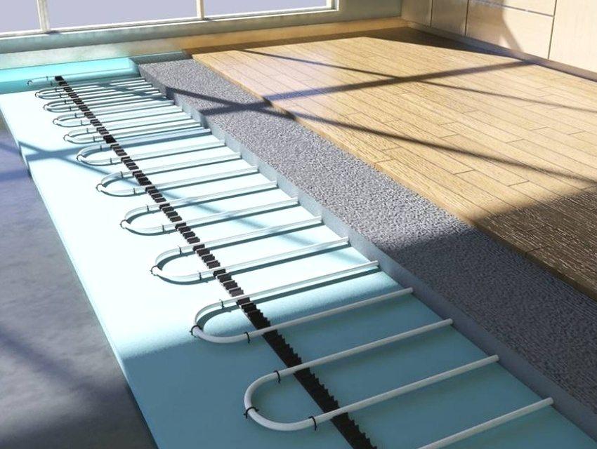 Трубы водяного теплого пола, перед укладкой верхнего покрытия, заливаются бетонной стяжкой