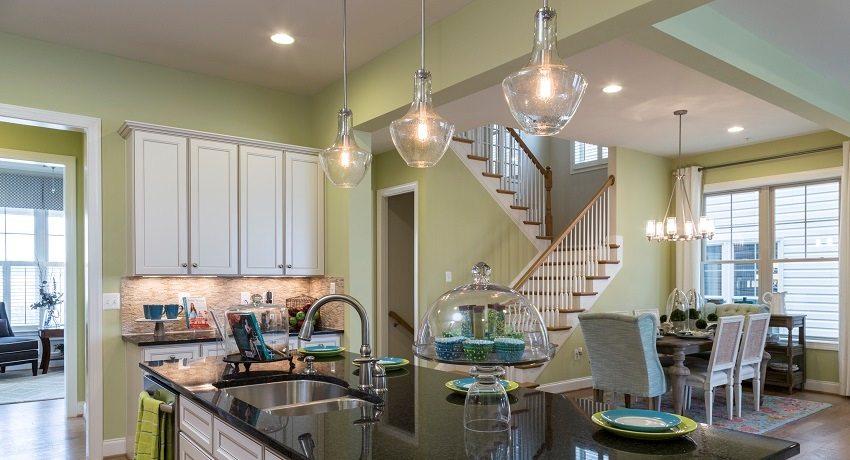 Светильники можно расположить в любой точке гипсокартонного потолка