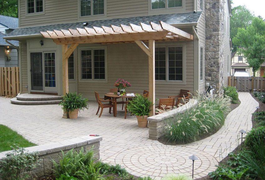 Внутренний дворик с тротуарной плиткой выглядит уютно и красиво