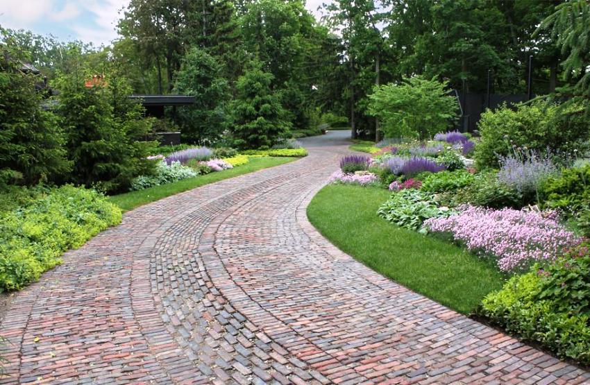 Широкая садовая дорожка, выложенная тротуарной плиткой