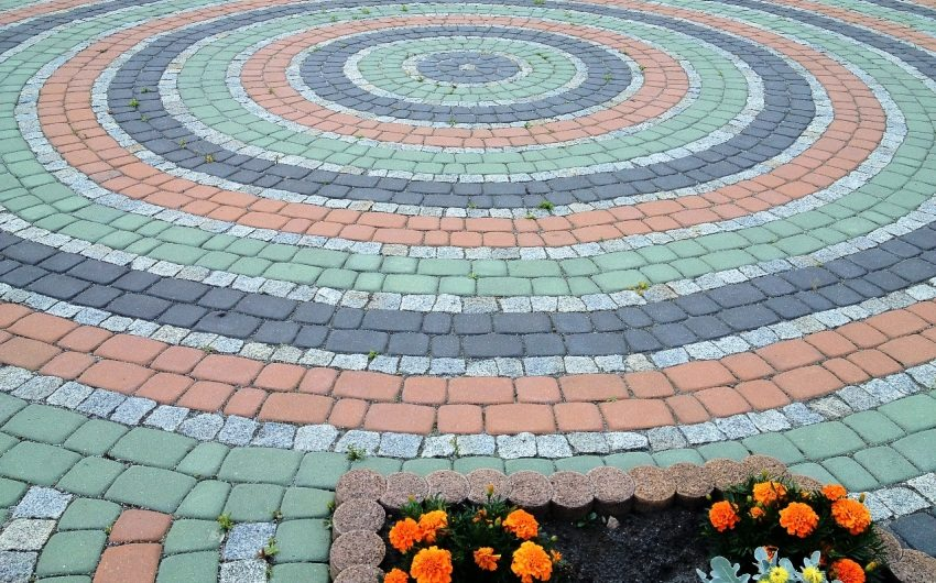 Укладка плитки кругами с оригинальным сочетанием цветов
