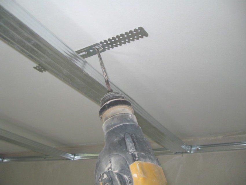 Крепление потолочного профиля с помощью прямого подвеса