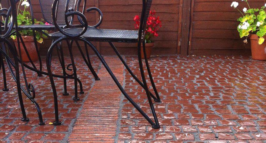 Яркая плитка украшает двор частного дома
