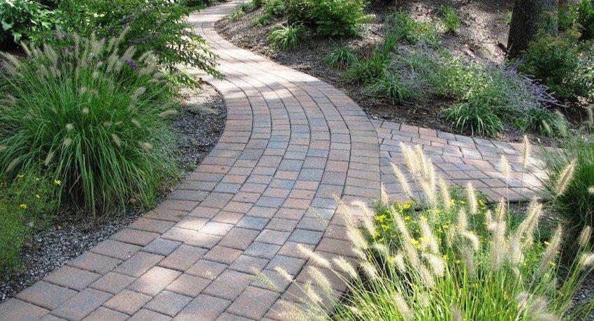 Резиновая тротуарная плитка обладает рядом преимуществ перед другими видами покрытий