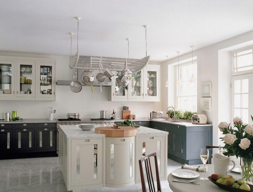 Благодаря своей влагонепроницаемости, наливные полы можно обустраивать в ванных комнатах и на кухнях