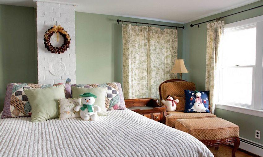 Кирпичный дымоход в интерьере спальни