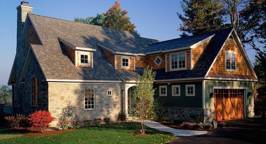 Стены дома облицованы искусственным камнем