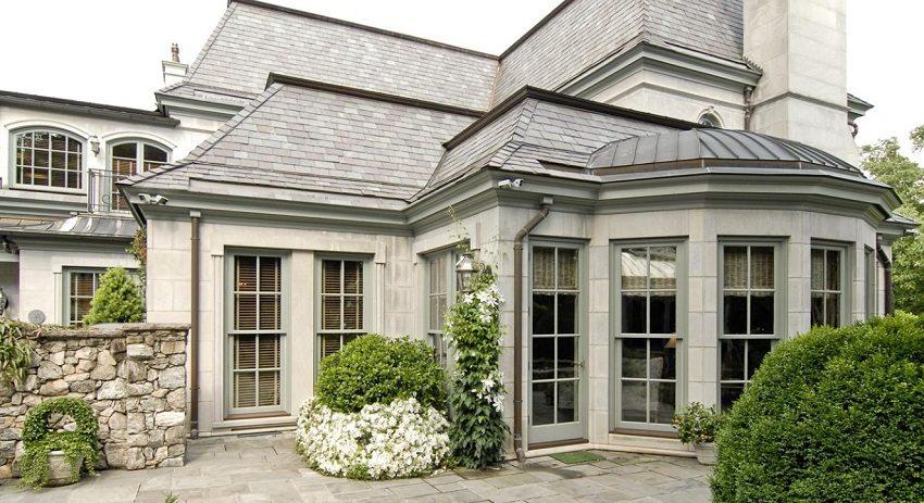 Дом, облицованный искусственным камнем, выглядит солидно