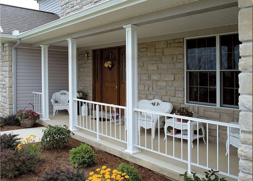 Фасад дома оформлен гиперпрессоваными плитами, имитирующими природный камень