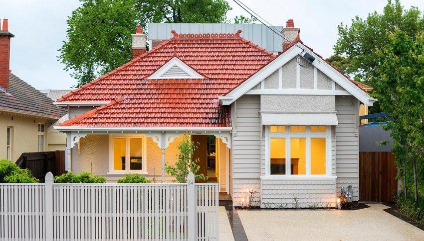Компактный дачный домик, облицованный белым сайдингом