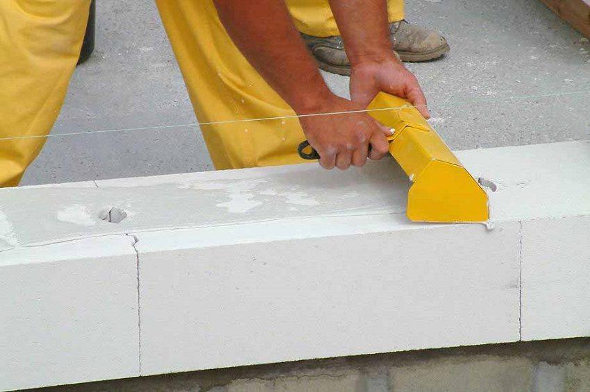 При укладке газоблоков используют специальный клей