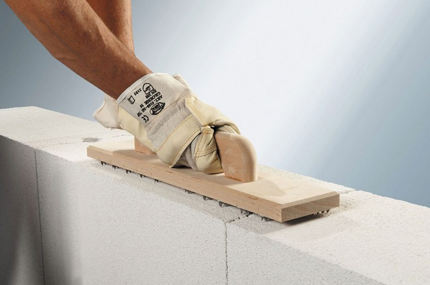 Блоки из газобетона легко поддаются обработке