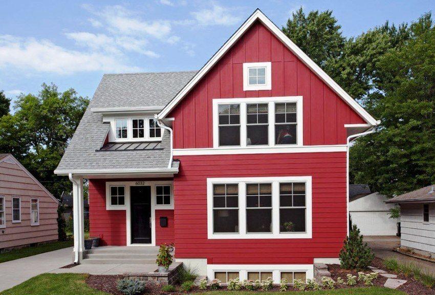 Дом обшит сайдингом сочного красного цвета