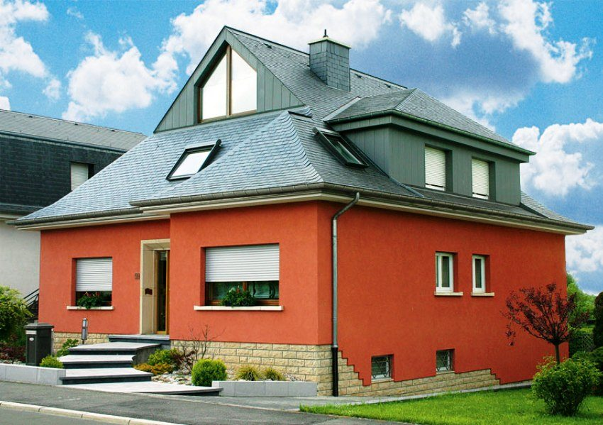 Дом окрашен фасадной краской по штукатурке