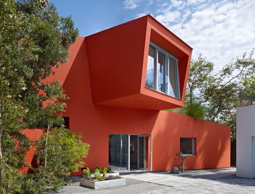 Яркая краска для наружных работ надежно защищает фасад здания от внешних воздействий