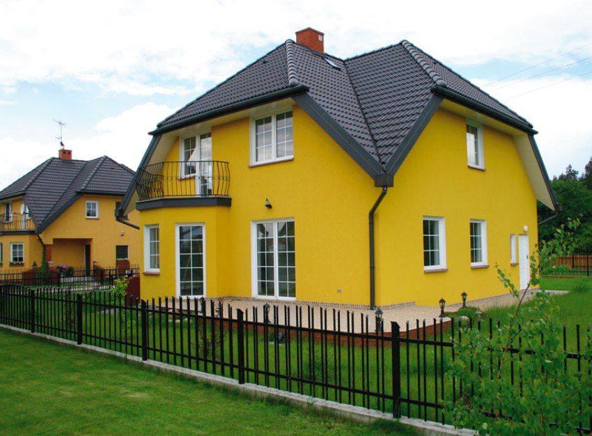 Фасад дома желтого цвета