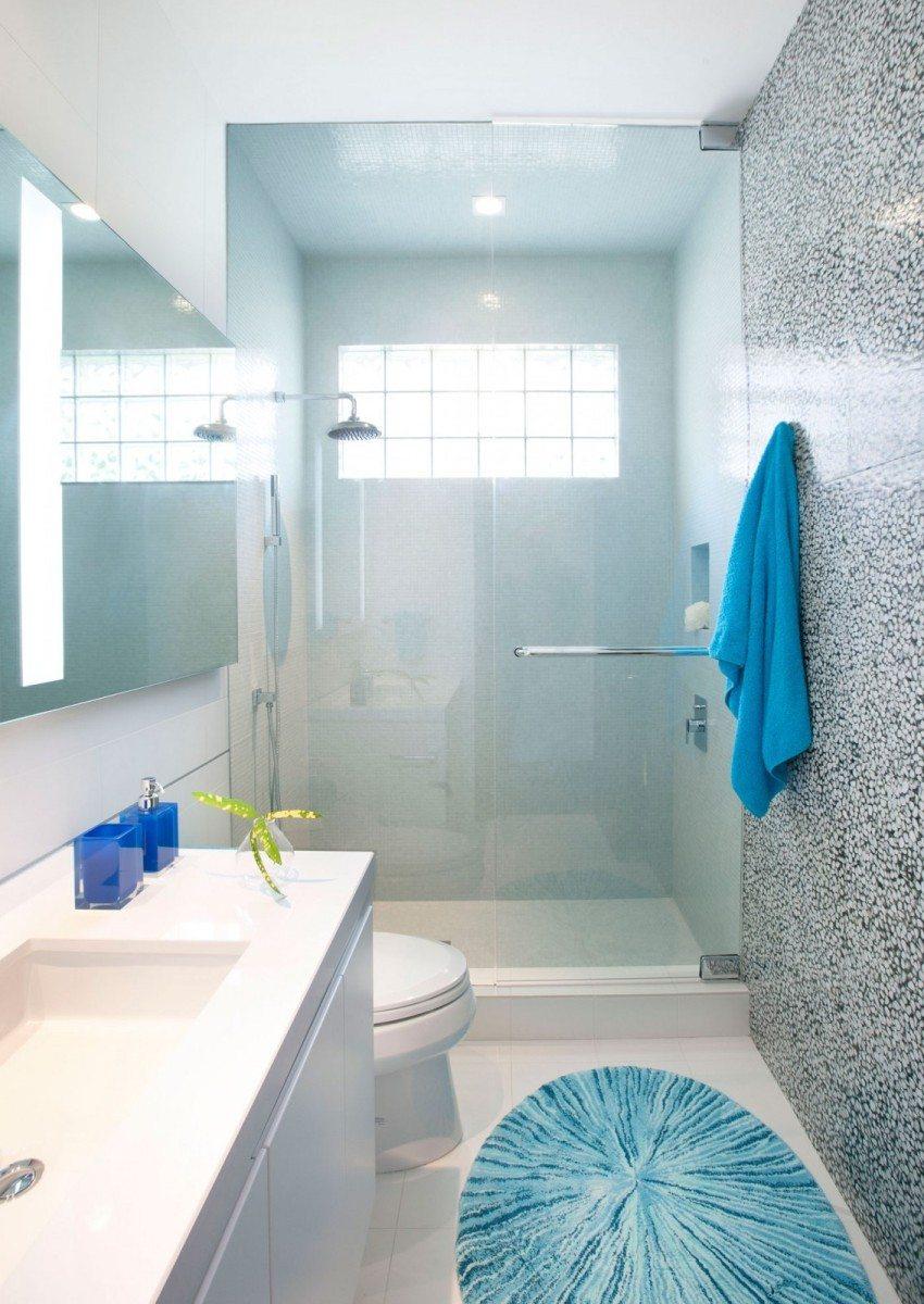 В длинной и узкой ванной можно оборудовать душевую зону, перекрыв часть помещения стеклянной перегородкой