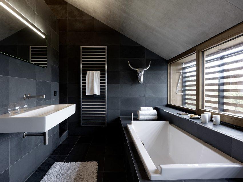 Ванная в мансардном помещении ограничена высотой потолка, поэтому в ней невозможно разместить душевую кабину