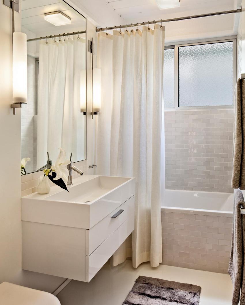 Даже при ширине комнаты 1,4 м в ней можно разместить небольшую сидячую ванну