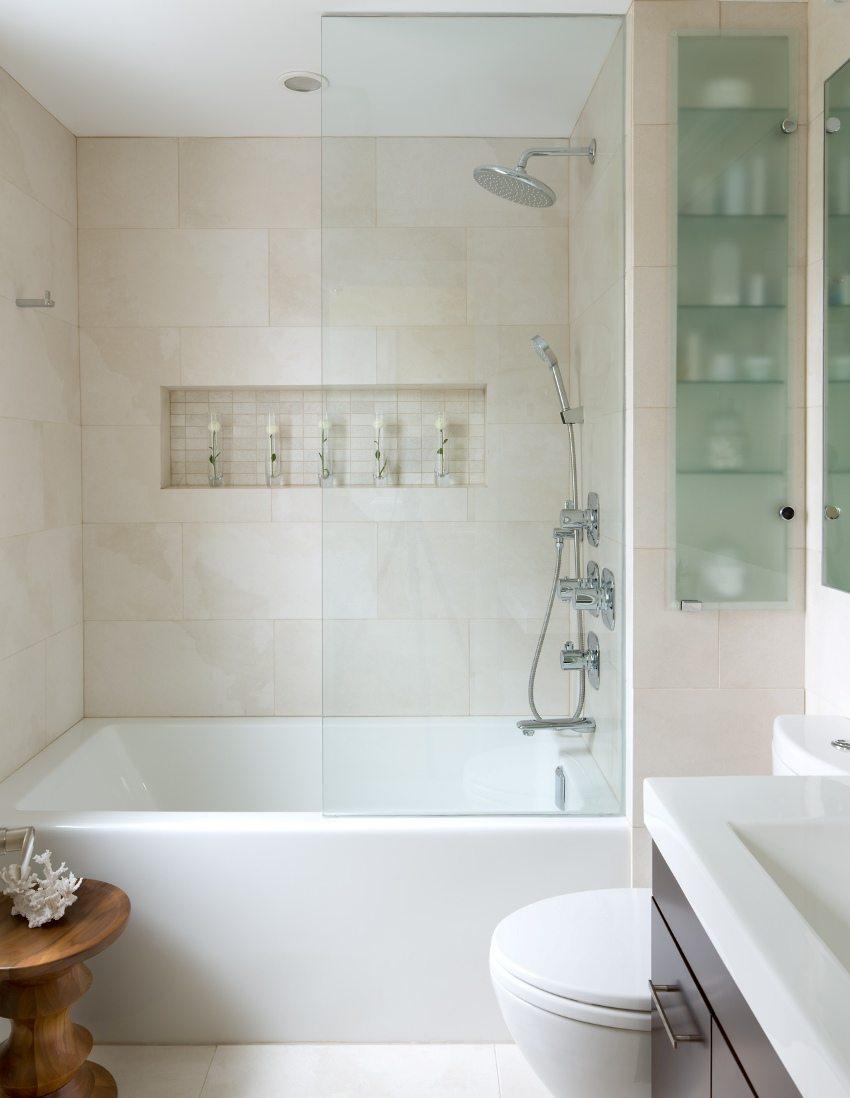 Ванная комната облицована плиткой песочного цвета