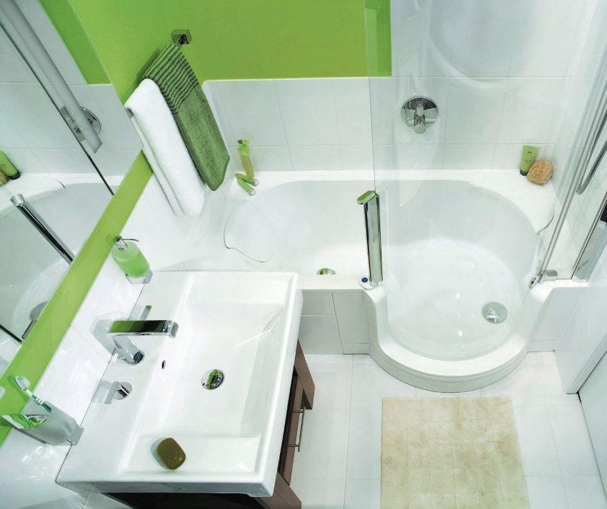 Компактное размещение ванны и умывальника