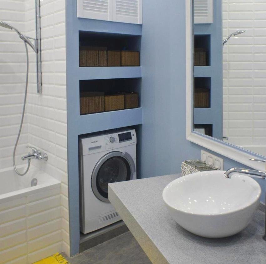 Размещение стиральной машины в нише под полками