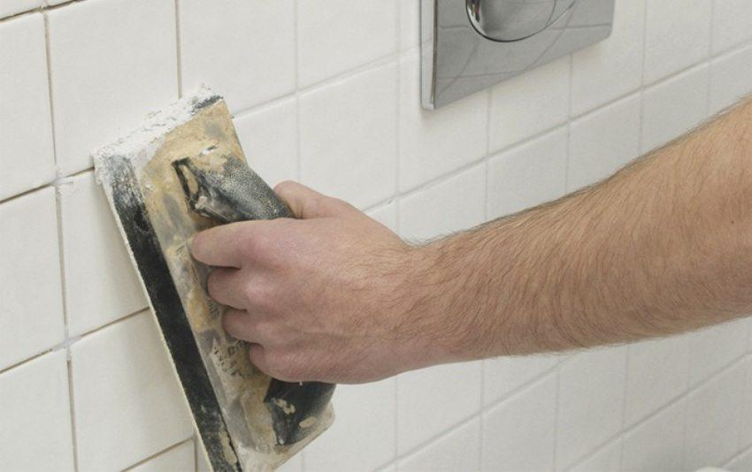 Затирка швов керамической плитки в ванной с помощью полутера