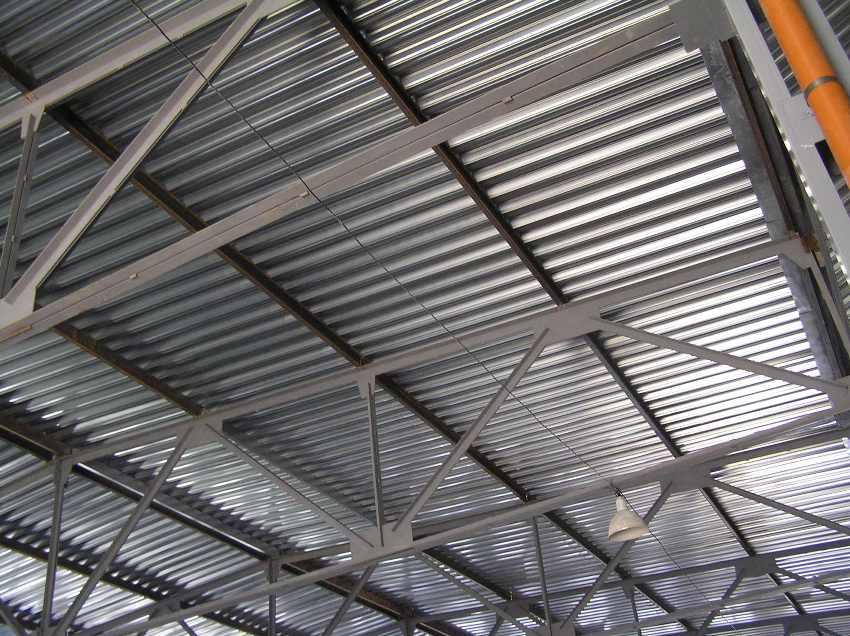 Плоская крыша из профнастила - вид изнутри