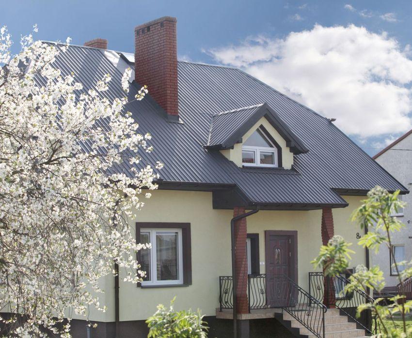 Для обустройства крыши дома использован кровельный профнастил