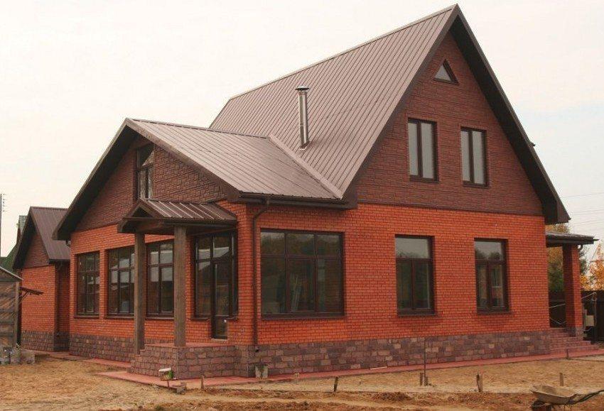 Крыша дома укрыта листами профнастила