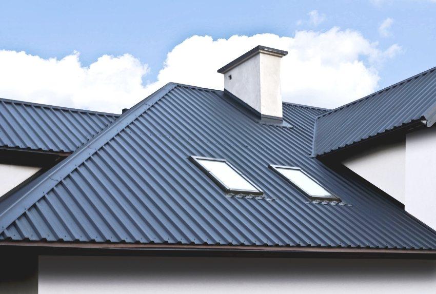 Листами профнастила можно укрыть и более сложные формы крыш