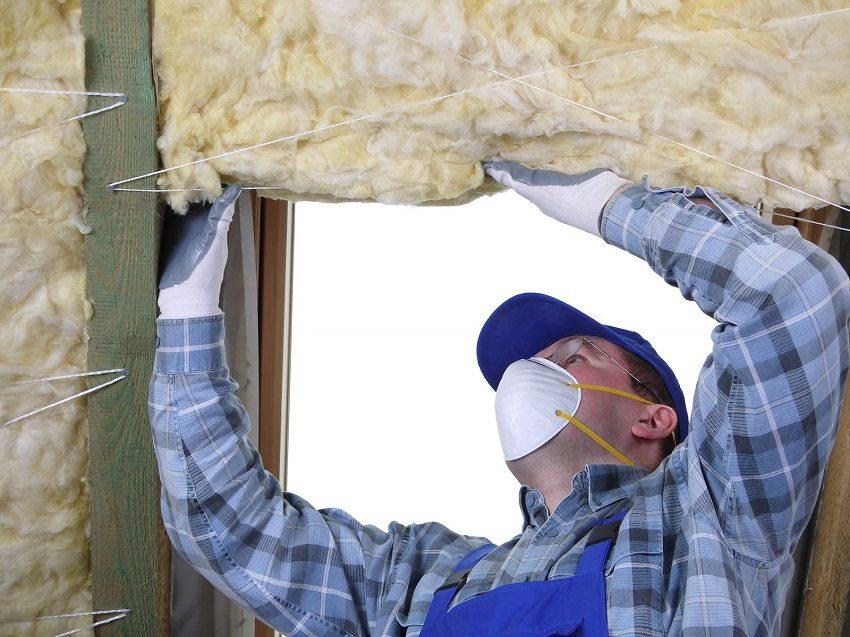 При укладывании утеплителя рекомендуется использовать защитные средства: респиратор и перчатки