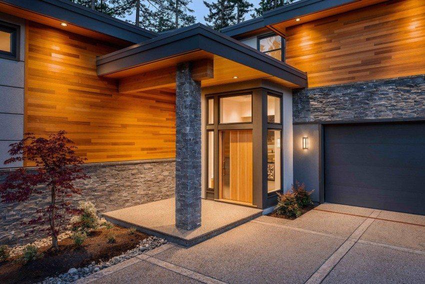 Вход в дом освещается в вечернее время вмонтированными точечными светильниками