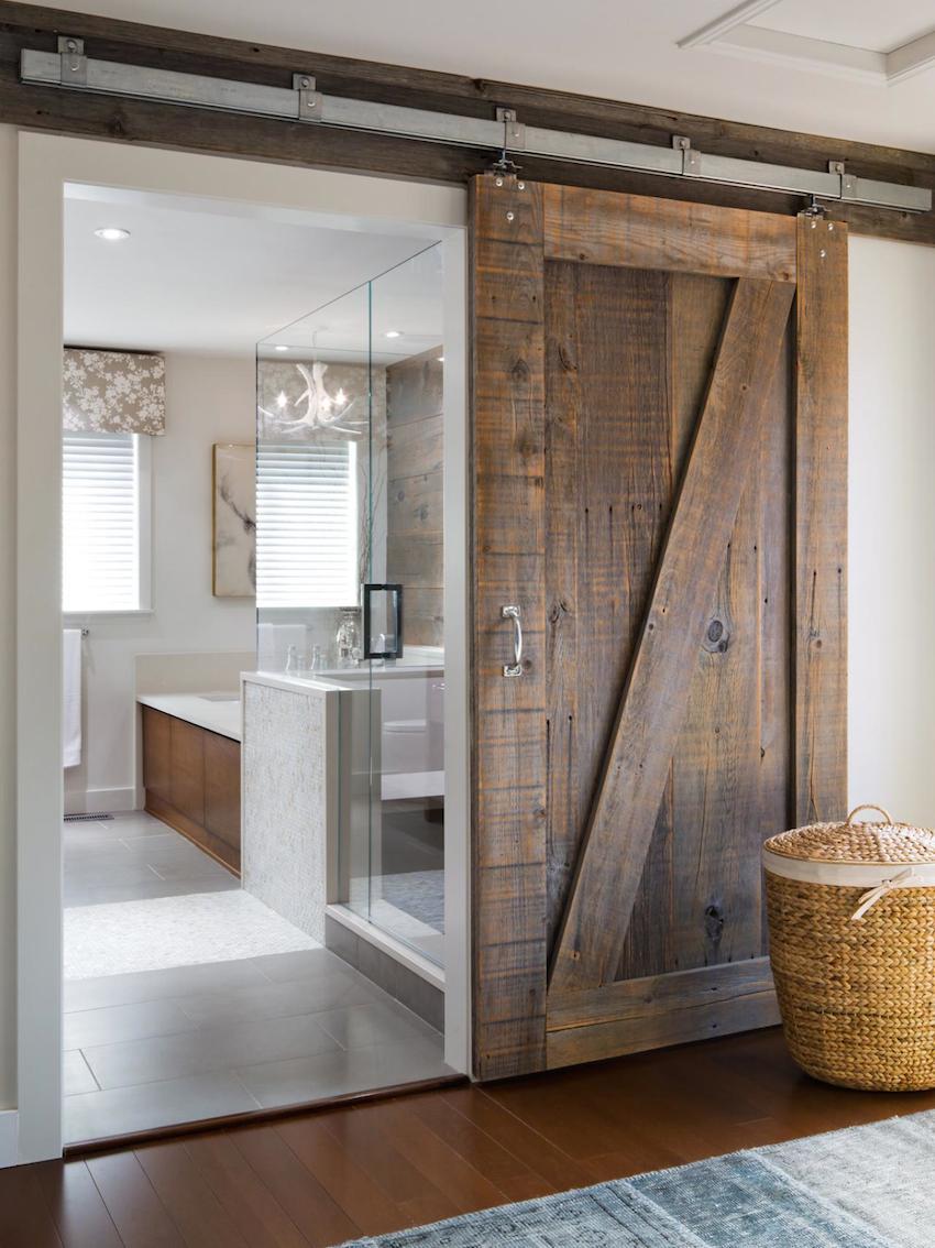 Массивная навесная дверь купе из грубого дерева в ванную комнату