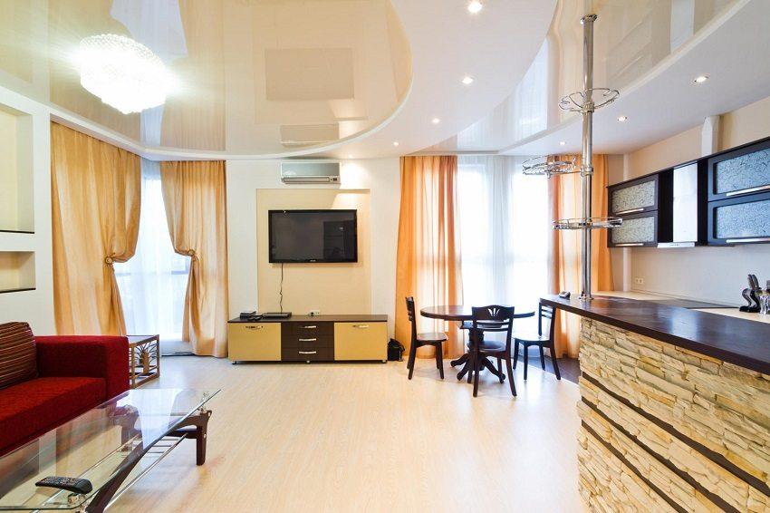 Двухуровневые натяжные потолки в современной гостиной