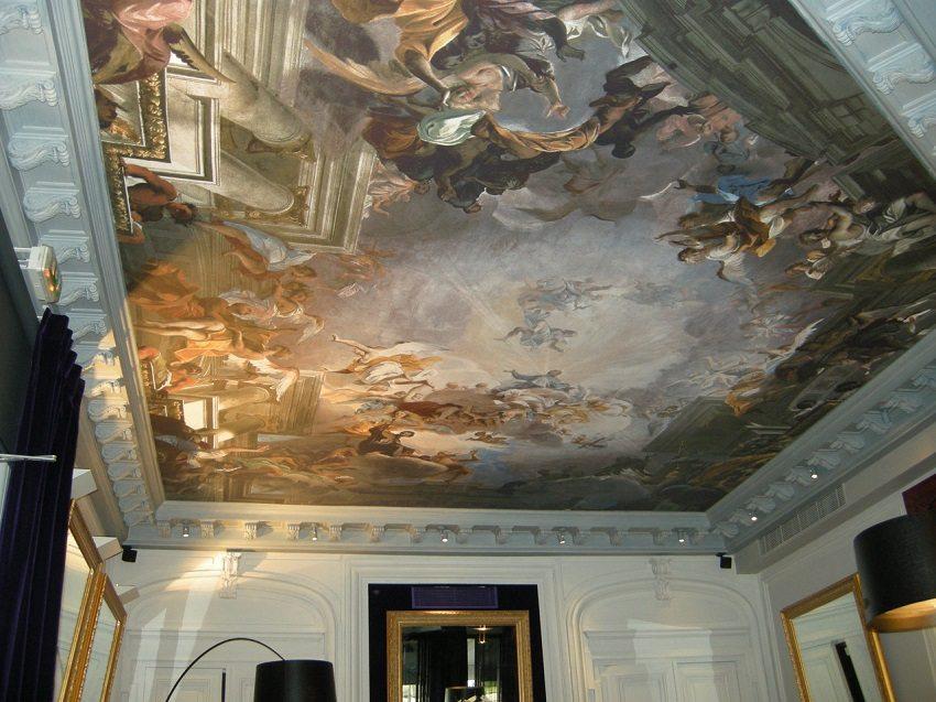 Тканевый натяжной потолок в стиле барокко