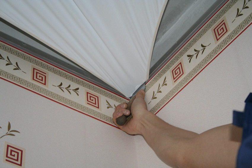 При монтаже натяжного потолка не требуется дополнительная обработка или защита стен