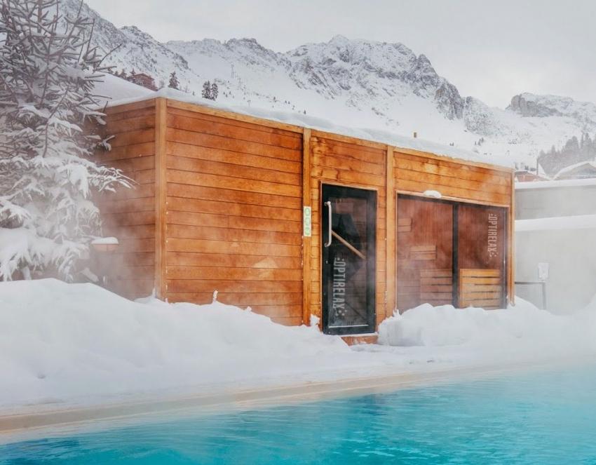 При строительстве бани, важно обращать внимание на качество клееного деревянного бруса, чтобы избежать вредных испарений во время водных процедур