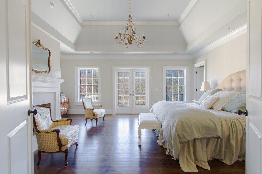 Оформление высокого потолка в спальне