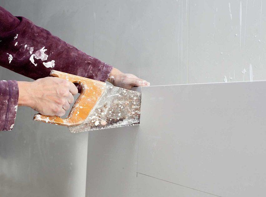 Лист гипсокартона легко режется с помощью обычной ножовки