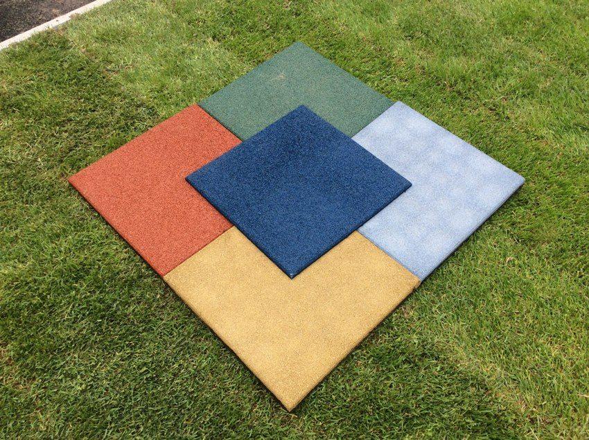 Распространенная форма резиновой плитки - квадрат размером 33х33 или 50х50 см