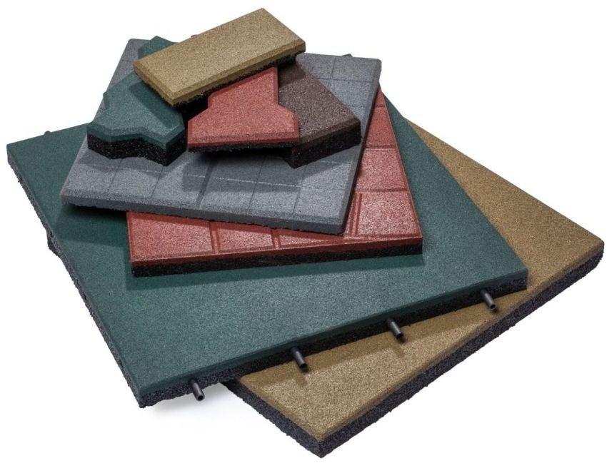 В некоторых видах резиновой плитки имеются специальные стержни, которые обеспечивают прочную сцепку изделий между собой