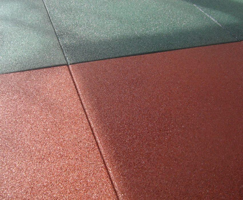 Плитка из резины позволяет получить ровную и нескользкую поверхность