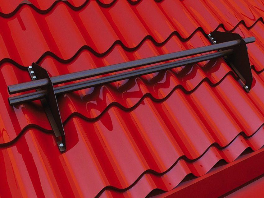Чтобы обезопасить себя от схода снега зимой, установите на крыше снегозадержатели