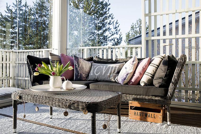 Плетенная мебель отлично впишется на веранде в средиземноморском стиле