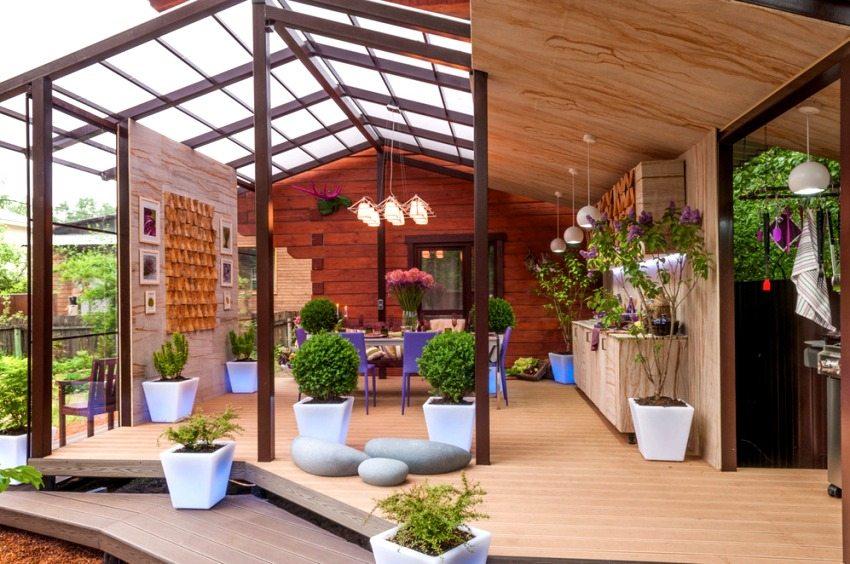 Оригинальный дизайн летней террасы с использованием цветов и декоративных украшений