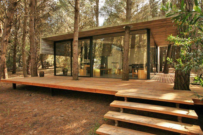 Комфортабельная терраса со ступенями из дерева