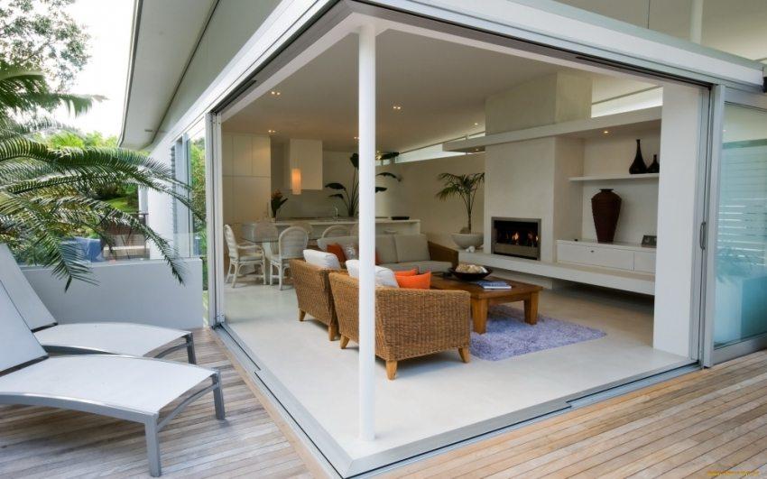 Веранда с раздвижными окнами позволяет превратить пристройку в летнюю террасу